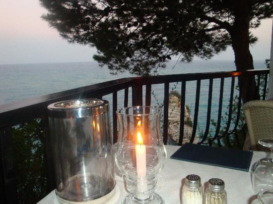 Hotel Baia delle Zagare: il nostro tavolo al ristorante....