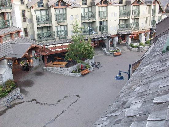 Executive Inn At Whistler Village: Blick in Fussgängerzone von Terasse