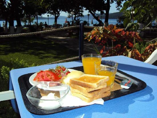Avra Beach Hotel: Breakfast with garden/sea view