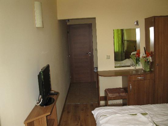 Hotel Green Palace: Room, TV and Corridor