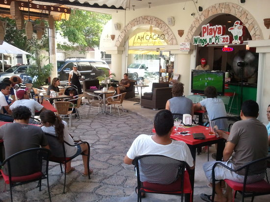 Playa Wings n' Pizza : Clients Enjoy The PWnP & soccer on the Big Screens