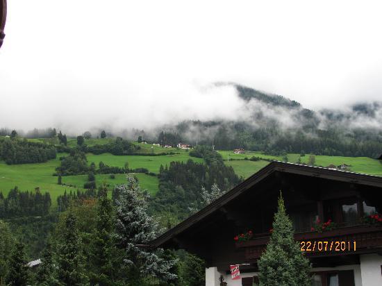 Gästehaus Stotter: Aussicht vom Balkon aus - links