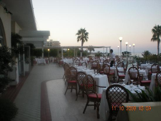 Sunrise Beach Hotel: dining area - wonderful food every night