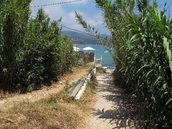 Résidence Goélia Le Lavandou Le Domaine de la Pinède : chemin d'accès à la plage