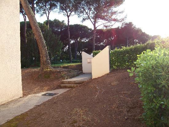 Residence Saint-Raphael Valescure: l'un des accés à la piscine juste devant la terrasse du studio