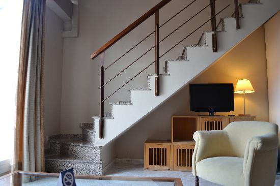 Park Sedo Benstar Hotel Group: Woonkamer/keuken met trap naar slaapkamer en badkamer
