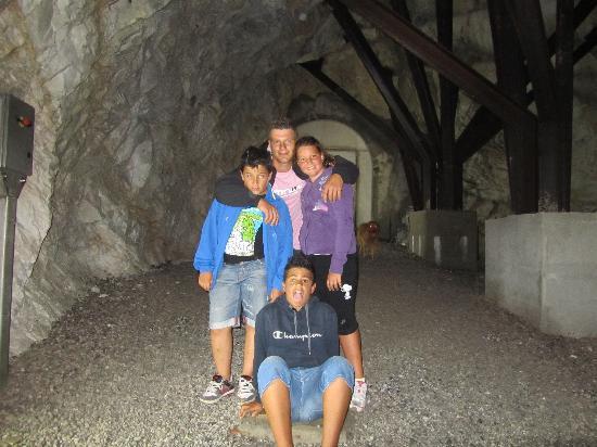 Stazzema, Italien: l'entrata alla grotta