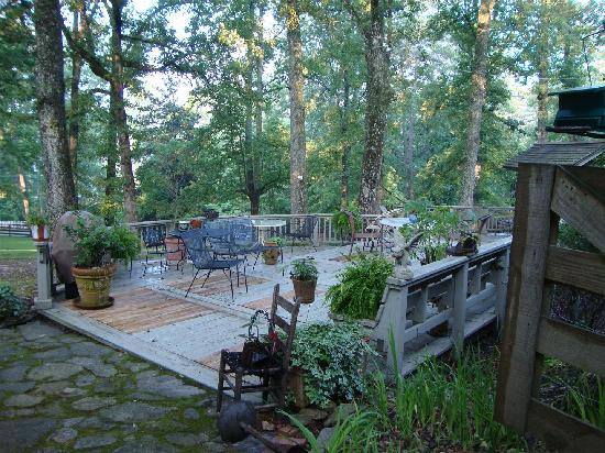 Barn Inn at Lake Rabun: deck area