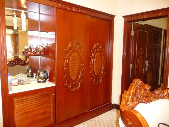 Quanzhou Hotel : Neo-classical mouldings on the wardrobes and doors, with lots of storage space!