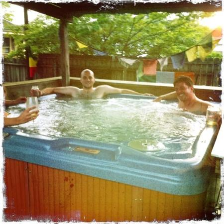 Bon Paul and Sharky's Hostel of Asheville: hot tub!