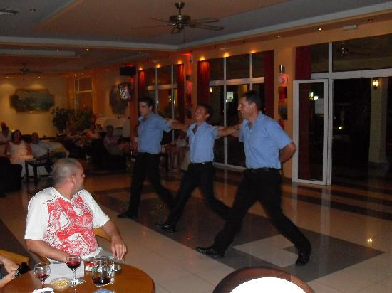 Agios Stefanos, Yunani: greek dancing