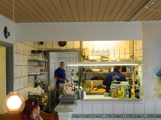 La cucina, con vista sulla pescheria - Picture of Otto & Ani\'s Fisk ...