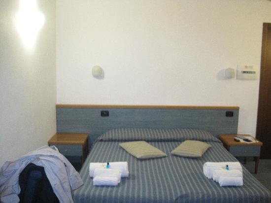 Hotel La Nuvola: A destra vi era un altro letto con amplio spazio per passare