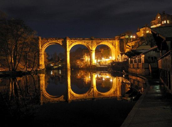 Teardrop Cottage: viaduct by night