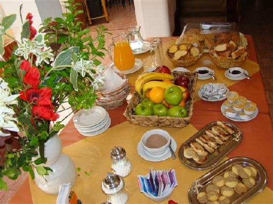 Otra vez lunes con cafe-http://media-cdn.tripadvisor.com/media/photo-s/01/f3/0c/7a/desayuno-buffet.jpg