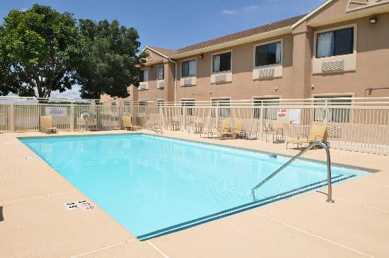 Legacy Inn & Suites: outdoor pool
