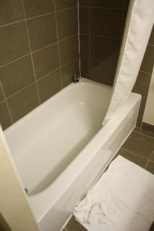 Days Inn Brampton: nice shower but SLIPPERY tub