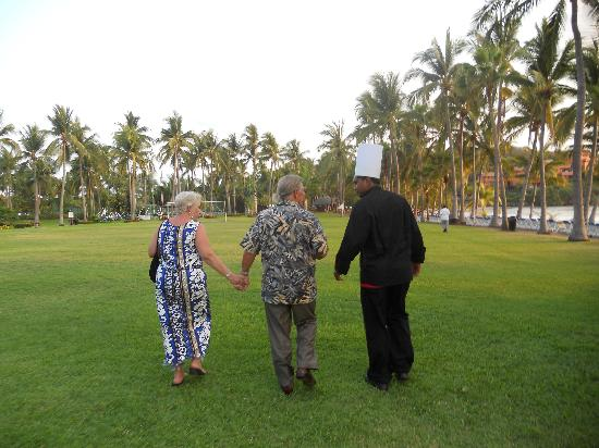 Club Med Ixtapa Pacific: Walking my parents to their dinner on the beach