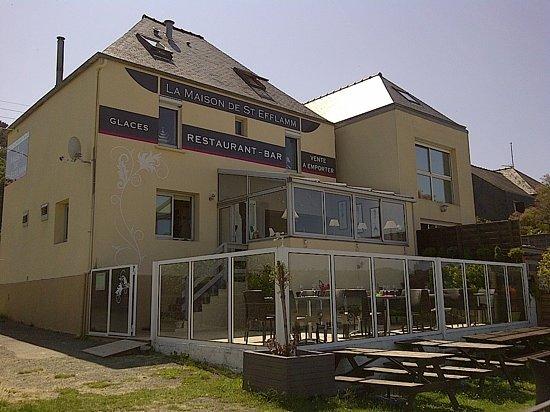 La Maison de St Efflamm: Vue arrière du restaurant et de la terrasse protégée du vent.