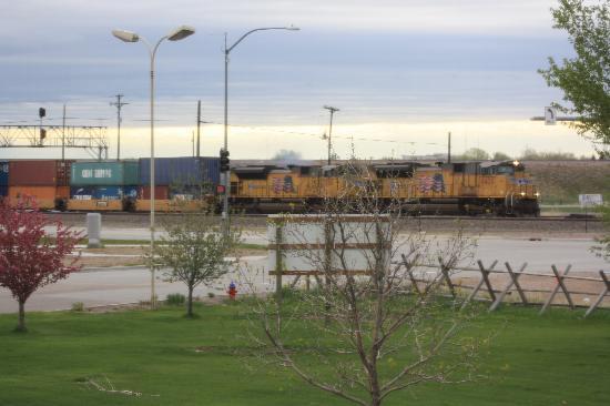 دايز إن شايان: View from our room - ideal for railroad enthusiast!