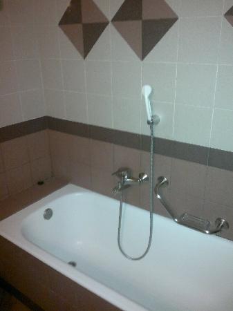 Achillion Hotel: Bathtub
