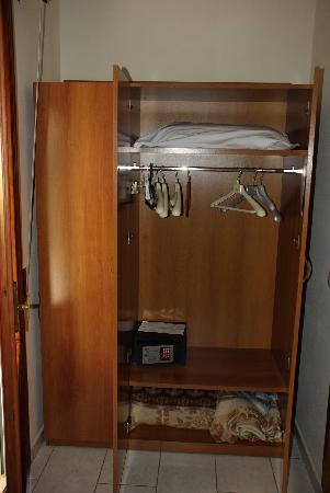 Hotel La Coccinella: Шкаф для одежды