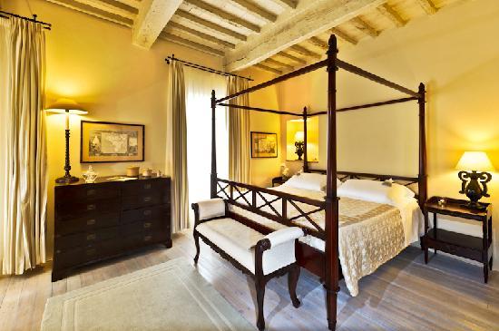 La Locanda Di Cetona: La camera 101 ed il suo caratteristico letto a baldacchino