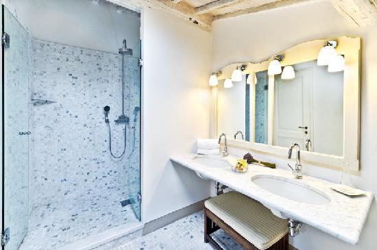La Locanda Di Cetona: La grand-douche con idromassaggio, marmi, mosaici e tanta luce nella zona bagno della 203