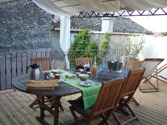 UnE VuE SuR CouR: petits déjeuners sur la terrasse sur les toits