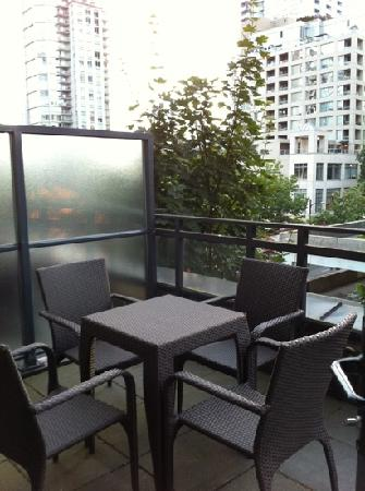 L'Hermitage Hotel: Our patio with privacy screens