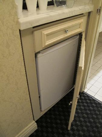 Carlyle Hotel: cabnet with fridge won't close