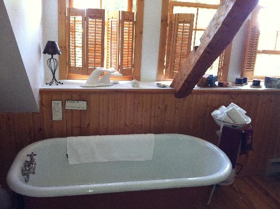La P'tite Baleine : La salle de bain avec une decoration chaleureuse sur le thème de la mer et des baleines