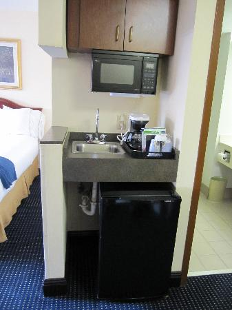 Holiday Inn Express & Suites Atlanta N-Perimeter Mall Area: Mini Refrigerator and microwave