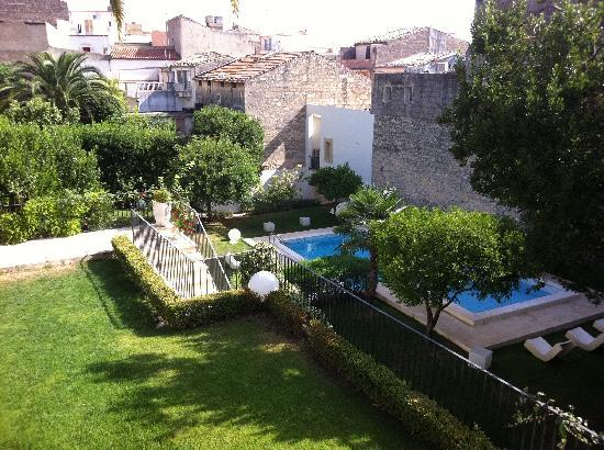 Villa del Lauro : The pool and gardens.