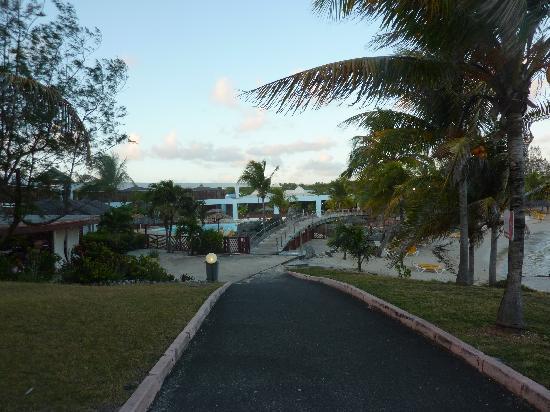 Le Manganao Hotel Club Paladien: le pont entre la piscine et la plage, direction le bar