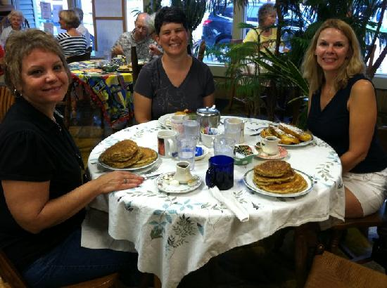 Chef John's Bakery & Cafe: Breakfast with friends at Chef Johns