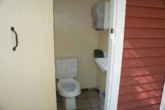 Rip Van Winkle Campgrounds: bathroom w/ceramic tile and flush toilets