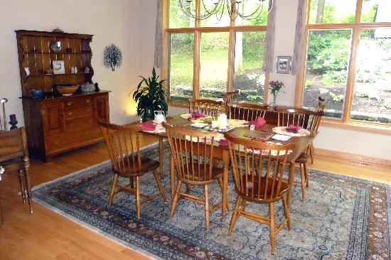 Sunrise Landing Bed and Breakfast : Common Dining Room