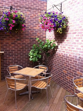 Atina Kitchen: part of the outside seating