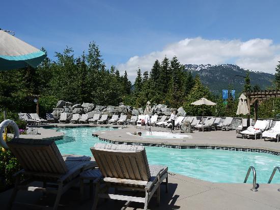 Four Seasons Resort and Residences Whistler: pool area