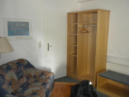 Hotel Waldhorn: sitting area next to closet