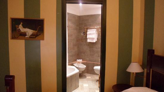 คัมเปริโอเฮ้าส์ สวีทส์ & อพาร์ทเมนส์: view of the bathroom from the bedroom