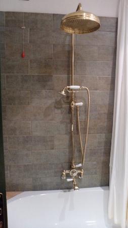 คัมเปริโอเฮ้าส์ สวีทส์ & อพาร์ทเมนส์: rainshower in the bathroom
