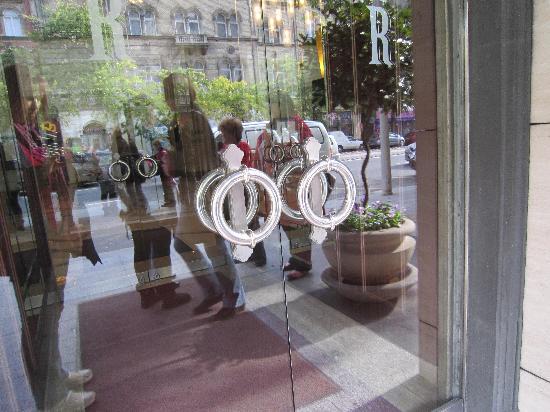 Corinthia Hotel Budapest: Front door