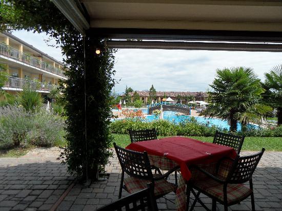 Hotel Bella Italia : VISUALE DAL RISTORANTE, SULLA SINISTRA L'HOTEL