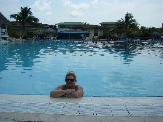 Melia Cayo Santa Maria: wife enjoying the pool