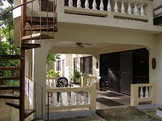 Gatehouse Villa: Outside patio with steps to upper room