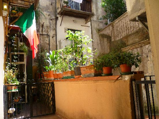 Hotel Teatro di Pompeo: Charming landing on way up to Annex rooms