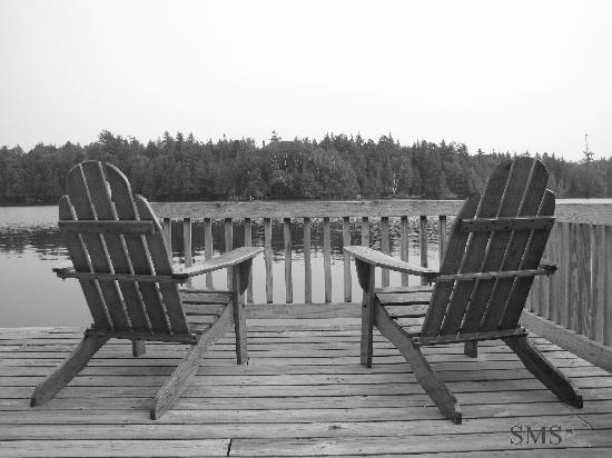 Blue Mountain Lake, État de New York : ADK chairs on the dock