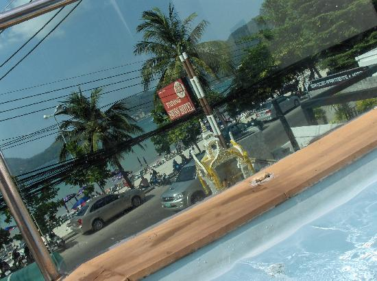 Patong Swiss Hotel : street from pool
